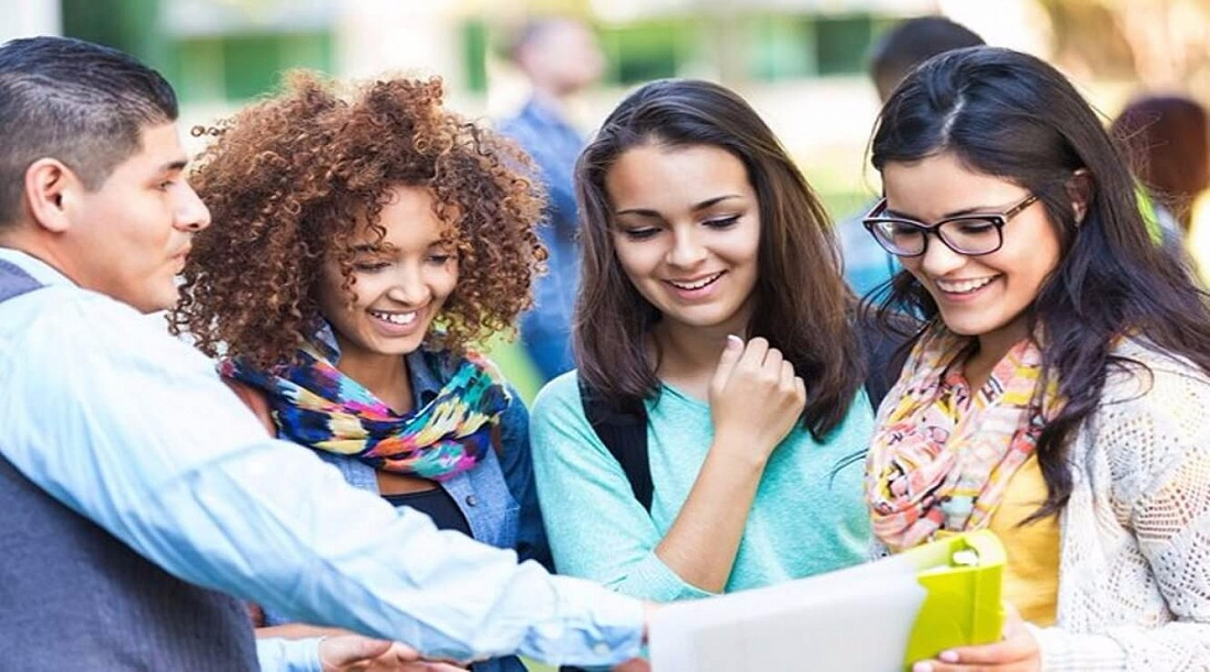 2 year college vs 4 year college essay Relative to four-year colleges and universities, studying at a community college has advantages and disadvantages costs.
